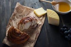Morgenfrühstück Brötchen, Käse, swet Honig und Früchte Selbst gemachte Nahrung Lizenzfreie Stockfotografie