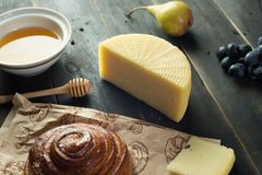 Morgenfrühstück Brötchen, Käse, swet Honig und Früchte Selbst gemachte Nahrung Lizenzfreie Stockfotos