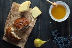 Morgenfrühstück Brötchen, Käse, swet Honig und Früchte Selbst gemachte Nahrung Stockfotos