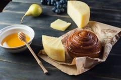 Morgenfrühstück Brötchen, Käse, swet Honig und Früchte Selbst gemachte Nahrung Lizenzfreies Stockbild