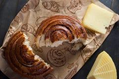 Morgenfrühstück Brötchen, Käse, swet Honig und Früchte Selbst gemachte Nahrung Stockbilder