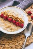 Morgenfrühstück, Hafermehl in der Milch mit Himbeeren Lizenzfreies Stockbild