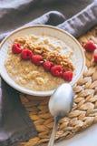 Morgenfrühstück, Hafermehl in der Milch mit Himbeeren Lizenzfreie Stockbilder