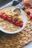 Morgenfrühstück, Hafermehl in der Milch mit Himbeeren Lizenzfreie Stockfotos