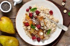 Morgenfrühstück Hafermehl, karamellisierte Birne stockbild