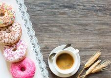 Morgenfrühstück mit bunten Schaumgummiringen und Kaffee Lizenzfreies Stockfoto