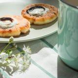 Morgenfrühstück mit Pfannkuchen, tadelloser Schale und Blume stockfotografie