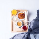 Morgenfrühstücksbettbehälter-Kaffeebrötchen stockfotografie