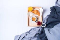 Morgenfrühstücksbettbehälter-Kaffeebrötchen lizenzfreie stockfotografie