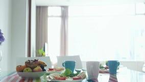 MorgenFrühstückstisch mit Blumenstrauß der Blume und der Platte mit Frucht Langsame Bewegung 3840x2160 stock footage