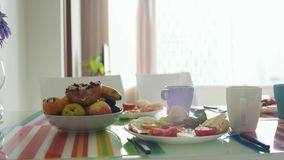 MorgenFrühstückstisch mit Blumenstrauß der Blume und der Platte mit Frucht 3840x2160 stock video footage