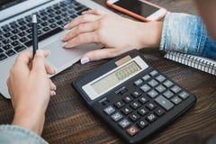 MorgenGeschäftsfrau Laptop, Telefon und Taschenrechner in den weiblichen Händen Horizontaler Rahmen Lizenzfreie Stockbilder