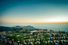 Morgenhimmel, dünner Nebel und Gebirgszüge gesehen von Phu Tubberg, Petchabun-Provinz, Thailand Nicht-englische Texte Mittel-` Ka stockfotografie