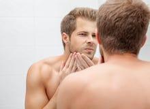 Morgenhygiene im Badezimmer Stockbild