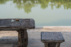 Morgenkaffee auf dem Tisch neben dem Wasser Lizenzfreie Stockbilder
