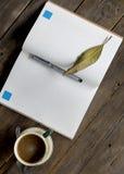 Morgenkaffee Buch-Tagebuch-Ansicht von der Spitze lizenzfreie stockfotos