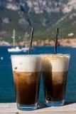 Morgenkaffee durch das Meer Lizenzfreies Stockfoto