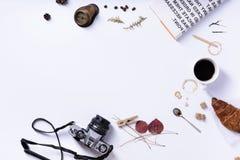 Morgenkaffee, Hörnchenfrühstückskonzept auf weißem Hintergrund lizenzfreies stockbild