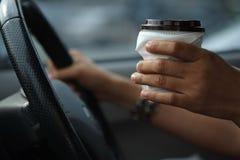 Morgenkaffee im Auto lizenzfreie stockbilder