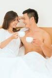Morgenkaffee im Bett Stockbilder