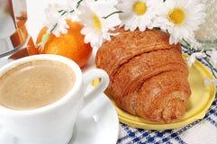 Morgenkaffee mit Hörnchen Stockfoto