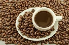 Morgenkaffee mit Kaffeebohnen Lizenzfreie Stockfotografie