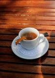 Morgenkaffee mit orange Schale in einer weißen Schale Lizenzfreie Stockbilder