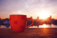 Morgenkaffee mit Stadtansicht Stockbilder
