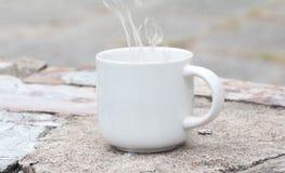 Morgenkaffee mit weißem Glas Stockbilder