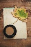 Morgenkaffee und -Herbstlaub Stockfotos