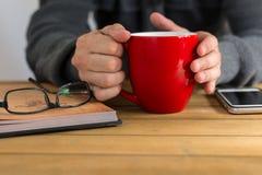 Morgenkaffee und -lesung Stockfotos