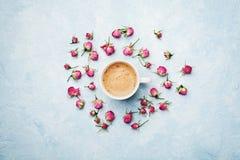 Morgenkaffee und trocknen rosafarbene Blumen auf blauer Weinlesetischplatteansicht in Ebenenlageart Gemütliches Frühstück am Mutt Lizenzfreie Stockbilder