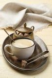 Morgenkaffee und -zucker auf einem Metallbehälter Stockfotografie