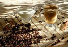 Morgenkaffeegetränk mit Körnern, Milch und Zimt Kaffee mit Stockfoto