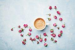 MorgenKaffeetasse und trocknen rosafarbene Blumen auf blauer Weinlesetischplatteansicht in Ebenenlageart Gemütliches Frühstück am Lizenzfreies Stockbild