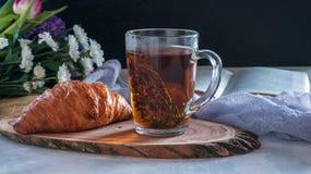 Morgenkräutertee mit Thymian und Hörnchen Stockbild