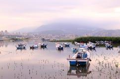 Morgenlandschaft mit angeschwemmten Booten auf Tamsui-Fluss Stockfoto