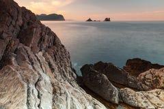 Morgenlandschaft mit dunklen Steinen auf adriatischem Meer, Montenegro Lizenzfreies Stockbild