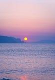 Morgenlandschaft mit Sonnenaufgang über Meer Stockbilder
