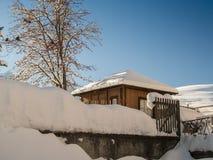 Morgenlicht über schneebedecktem Gartenhaus Stockfotografie