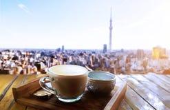 Morgenlicht mit heißem Cappuccinokaffee auf einem Holztisch über der Panoramaansicht lizenzfreies stockbild