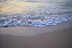 Morgenmeerblick mit schäumenden Wellen Stockbild