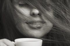 Morgenmodeporträt der Frau mit einem Tasse Kaffee Stockbilder