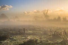Morgennebel über Ackerland mit Tor Lizenzfreie Stockfotos