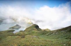 Morgennebel über alpinem See lizenzfreie stockfotos