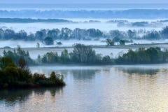 Morgennebel über Banken von Volga Lizenzfreie Stockbilder