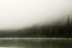 Morgennebel über dem Fluss Lizenzfreies Stockfoto