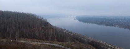 Morgennebel über der Stadt Stockbilder