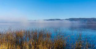 Morgennebel über einem Meer Lizenzfreies Stockfoto