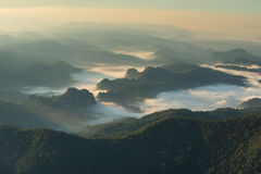 Morgennebel auf dem Berg Stockfoto